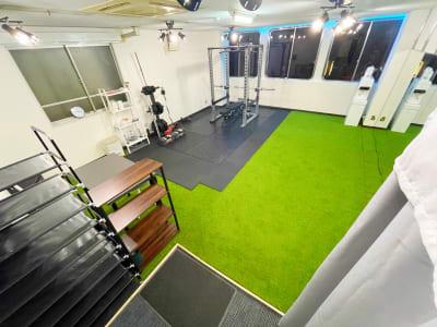 入り口からみた全体像 - レンタルスタジオNEXT ダンス・ヨガスタジオの室内の写真