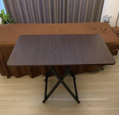 折り畳みテーブル - HANA ブラウンルーム ブラウンルームの設備の写真