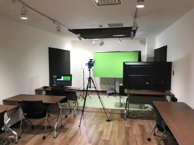 カメラ、ピンマイク、ディスプレイ、照明、収録用PCの使用が可能 - LiLeaS(ライラス) RoomA(撮影/配信パック)の室内の写真
