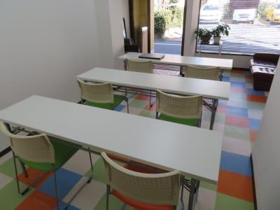 学校形式 6人可能 - 東長崎レンタルスペース 貸し会議室の室内の写真