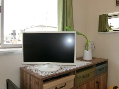 テレビや無料wi-fi、パソコンも用意しており、快適にお過ごしいただけます - グリーンオアシス レンタルスペース・音楽練習場の室内の写真