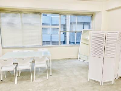 天井が高く開放感ある空間です。 - 日本橋base サロンスペース、商品撮影スペースの室内の写真