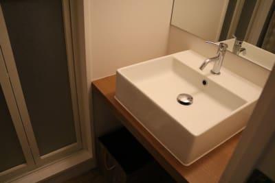 洗面台スペースは利用者様の荷物置き&広間のサロンの備品スペースなのでお客様は立ち入り禁止です。 - 千駄ヶ谷サロン レンタルサロンの設備の写真