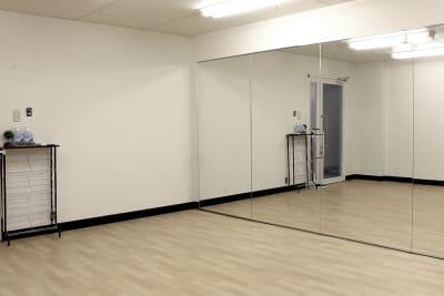 鏡5枚、5~6人でご利用いただけます。 - ダンススタジオ ライトルーム 三宮店(506号室)の室内の写真