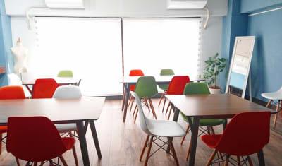 セッティング例2 講座  - 北欧スタイルCOCOflap江坂 貸切レンタルスペースの室内の写真