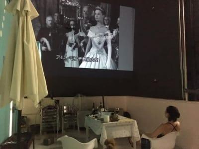 夜は観たい映画や動画を持ち込んでいただくとご覧いただけます。プロジェクターは(有料レンタル¥1,650) - ヴィネリア・ピンコパリーノ ルーフトップオープンスペースの室内の写真