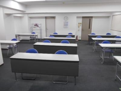 スクール形式 奥からの画像 長机10台×2席=20席 - 第一総合警備保障株式会社 3階 研修・会議室の室内の写真
