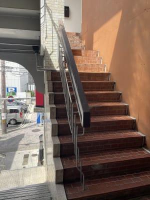 一階からの階段登って左の茶色い階段 - レンタルスペース malicia maliciaの入口の写真