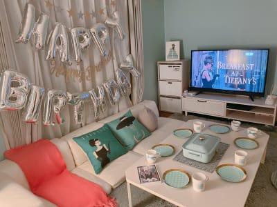 部屋を暗くして暖色の明かりをつけると落ち着いた雰囲気に...! ティファニーをテーマにしたお部屋で、誕生会、女子会、デートなどが特にオススメです😊壁紙や備品をリニューアルしたばかりです✨(2021.04) - パーティスペース ティアラ桜川 パーティルーム、多目的スペースの室内の写真