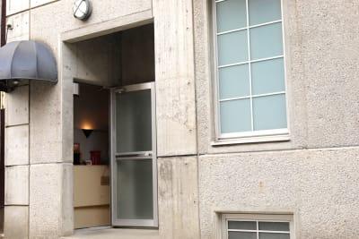 地下カフェスペース入口 - フォトスタジオL1PStudio レンタルフォトスタジオの入口の写真