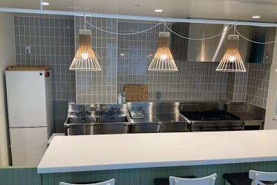 冷蔵庫、2槽式シンク、手洗い、業務用ガスコンロ・オーブン、電子レンジ完備 - ATELIER295 キッチンスタジオ 写真・動画撮影の設備の写真