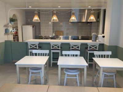 テーブル席が6席、カウンター席が4席、さらに2席ほど足して使うこともできます。 - ATELIER295 キッチンスタジオ 写真・動画撮影の室内の写真