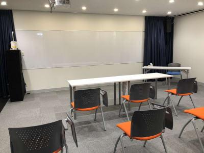 使用例 ① ・ ミーティングでのレイアウト例 - STUDIOLOVOXUMEDA 多目的スペースの室内の写真