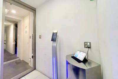 4階エレベーターホールです。 画面右の方のiPadより受付をお願いいたします。 - Funshare 浅草橋 オンラインブースBの室内の写真