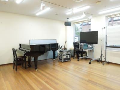 スガナミ楽器永山センター グランドピアノの室内の写真