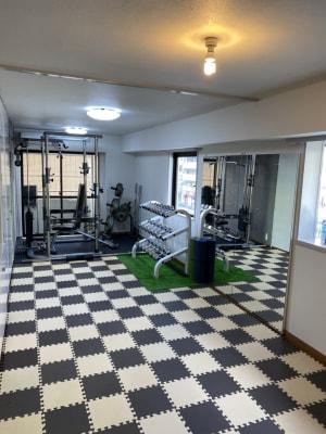 4-5人収容可能なゆったりスペース 180cm×180cmの大きな鏡も! - Cherryレンタルジム 中目黒 レンタルジムの室内の写真