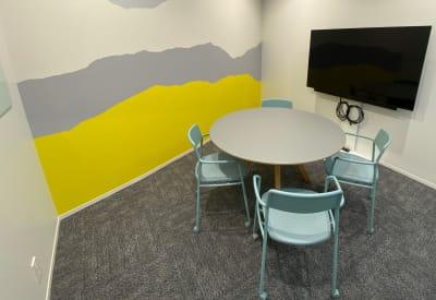 モニター完備 - ATOMica北九州 4名会議室の室内の写真