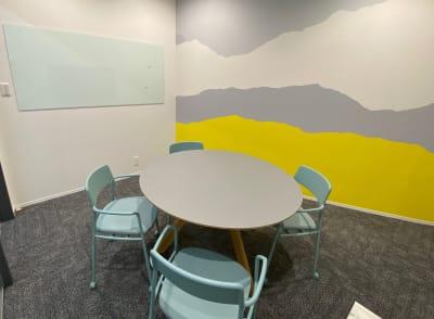 ホワイトボードも使えます - ATOMica北九州 4名会議室の室内の写真