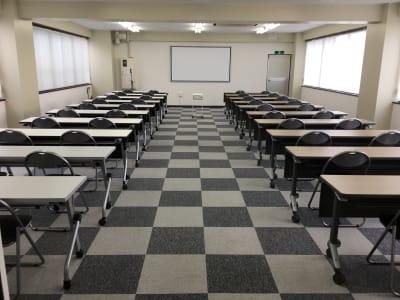 試験会場としても可能。ワンフロアで40人(テーブル1台2人使用) - フマニタスビルレンタルスペース 4階・多目的会議室フロアの室内の写真