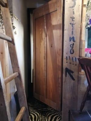 更衣室。畳半畳ほど。土足厳禁。トイレ扉横にあります。 - KEDI BASKAN フォト撮影スペース、結婚式前撮りの室内の写真