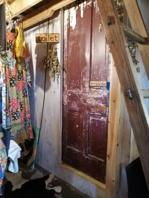 トイレの扉。(トイレ扉左側付近は立ち入り禁止区域です。) - KEDI BASKAN フォト撮影スペース、結婚式前撮りの室内の写真