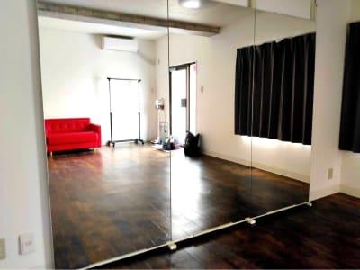 80cmx180cmの大型鏡が3枚 - レンタルスペース エキニシ 楽の室内の写真
