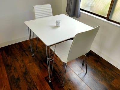 打ち合わせに使えるテーブルセット - レンタルスペース エキニシ 楽の室内の写真