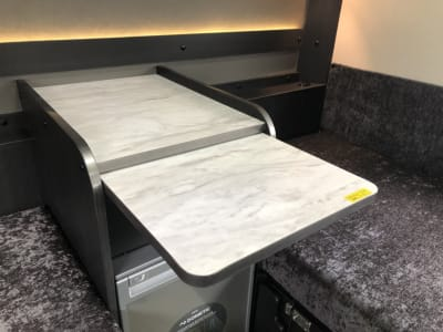 引き出し式テーブル - キャンタル博多店 キャンピングカーでテレワーク!の設備の写真