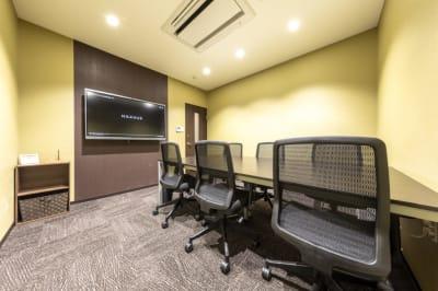 BIZcomfort八王子 6名用会議室の室内の写真