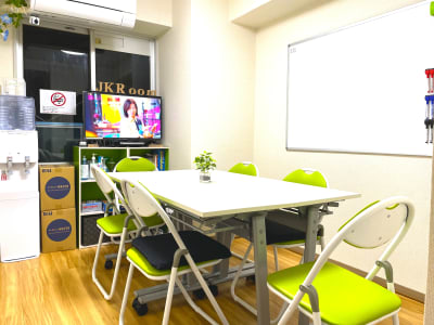 会議モード  テーブルx4(750x450) 椅子x6 予備椅子x2 - JK Room 上野駅前店 貸し会議室の室内の写真