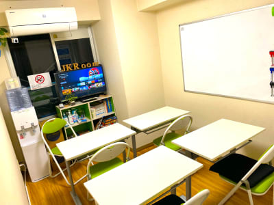 教室、セミナーモード - JK Room 上野駅前店 貸し会議室の室内の写真