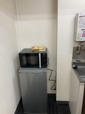 冷蔵庫、電子レンジもご利用ください。 - かちくらBASE お気軽レンタルスペースの室内の写真