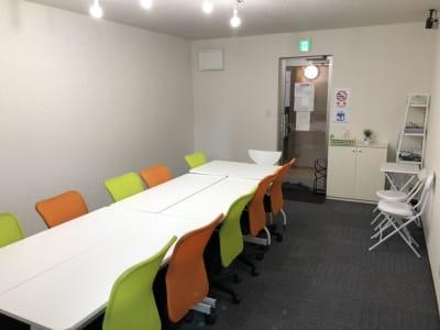 駅から徒歩5分の好立地会議室 - のら猫会議室 高崎駅西口より徒歩5分の会議室の室内の写真