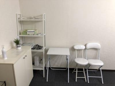 除菌ハンドスプレー、デスク、予備チェア、無料Wi-Fi常設 - のら猫会議室 高崎駅西口より徒歩5分の会議室の設備の写真
