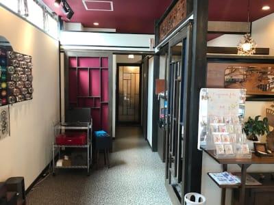 店舗の一番奥のお部屋がレンタルスペースとなっております。床暖房もあって快適です。 - 京都 香.音玉屋(ことだまや) 京都ことだまやレンタルスペースの室内の写真