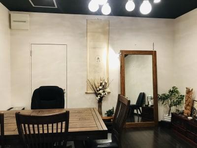 京都香音玉屋の奥にあるレンタルスペース。靴を脱いでゆったりお過ごしください。 - 京都 香.音玉屋(ことだまや) 京都ことだまやレンタルスペースの室内の写真