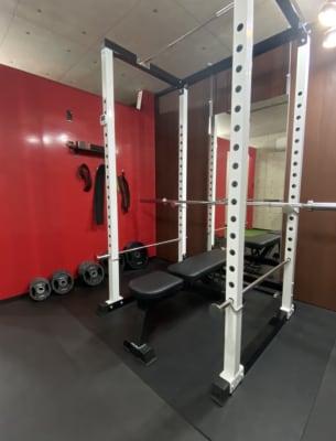 105kgまでの重さをご用意しております!スクワット〜ベンチプレスまで幅広いトレーニングが可能です。 - FitbankGym  完全個室のパーソナルジム ♪の室内の写真