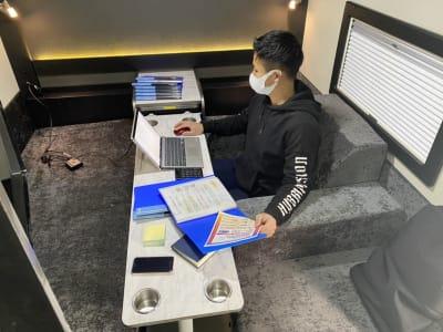 しっかりしたテーブルもついているので、パソコンでの作業も安心! - キャンタル博多店 ペットと一緒にテレワーク!の室内の写真