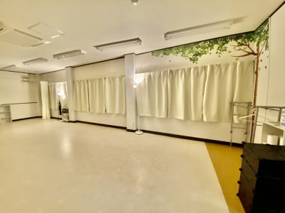 間接照明と遮光カーテンを設置しました。昼夜を問わず動画撮影が可能です。 - 【阪神尼崎】D2Dスタジオ24h ダンスのできるレンタルスタジオの室内の写真