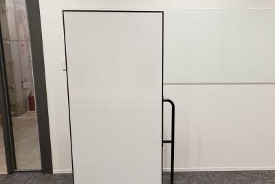 ホワイトボードはオプション(無料)です。 - ATOMica北九州 8名会議室の設備の写真