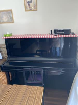 ピアノもあり。音楽教室も可能です。 -  ごはんや おかんのごはん 各種教室、ピアノ発表会、会議にの室内の写真