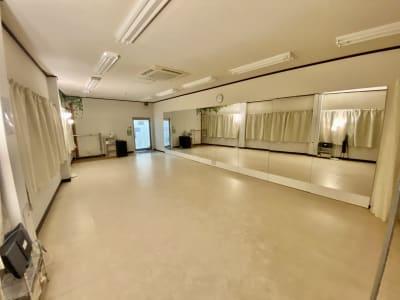 カーテン閉め、間接照明をつけることで落ち着いた空間となります。ヨガやピラティスに最適です。 - 【阪神尼崎】D2Dスタジオ24h ダンスのできるレンタルスタジオの室内の写真
