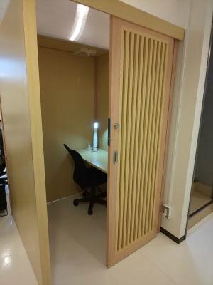 所沢ノード シェアスペース Web会議ブースの室内の写真