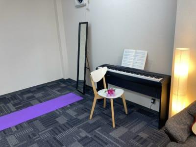 ヨガマットを敷いた例 - かちくらBASE お気軽レンタルスペースの室内の写真