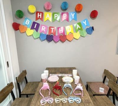 スペース利用に人気は『誕生日会』。大切な仲間や恋人などサプライズで喜ばせてあげましょう。飾り付けは常時されていますので、ゲストによる飾り付けは不要です。 - HAPPYスペースかしわ パーティールーム、撮影の室内の写真