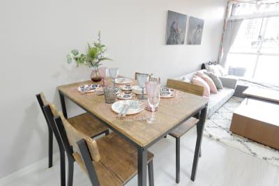 4人掛けダイニングテーブルもあるので、食事はゆっくりダイニングでくつろぎはソファーでとまるで自宅にいるような新鮮な時間を過ごすことができます。 - HAPPYスペースかしわ パーティールーム、撮影の室内の写真