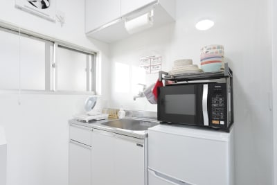 一通りの備品は揃えてあるのでキッチンで料理を楽しむ事もできます。冷蔵庫もあるので買ってきたお飲み物もや、デザートのアイスを冷やしたりなどご利用ください。 - HAPPYスペースかしわ パーティールーム、撮影の室内の写真
