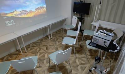 シアターモード - MTGベース ・クアトロ リモートワークスペースの室内の写真