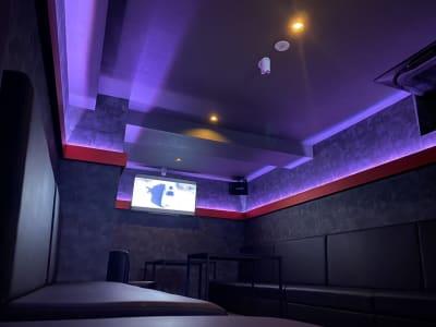 メインルーム奥から。照明の調光、LEDの色変更出来ます。 - V-panic パーティールーム レンタルルーム、カラオケの室内の写真