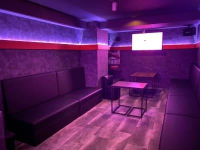 メインルーム手前から。照明の調光、LEDの色変更出来ます。 - V-panic パーティールーム レンタルルーム、カラオケの室内の写真
